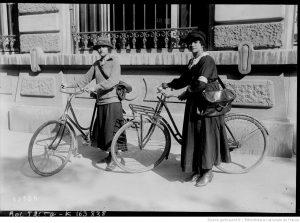 Jeanne Decorne, femme facteur et une de ses collègues. Photo provenant du fond Gallica de la BNF.